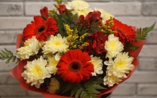 Розы и лилии в одном букете