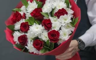Букет из кустовых роз и хризантем